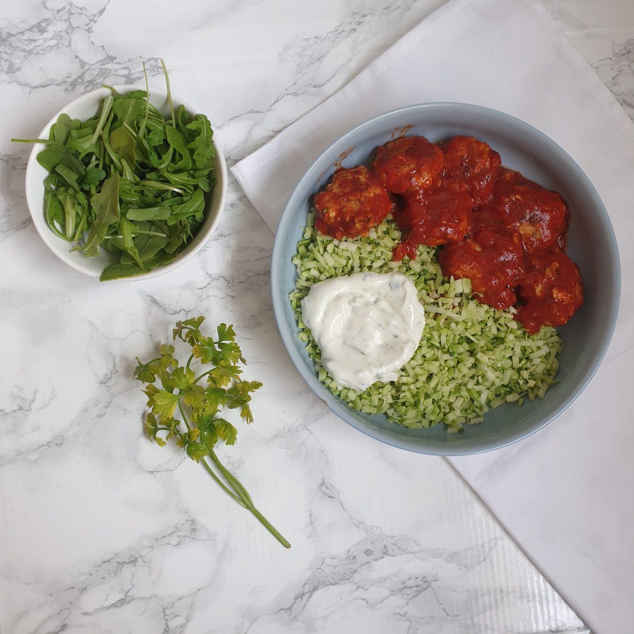 Broccolirijst met groenten-kip balletjes
